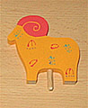 1 Holzstecker Widder mit Deko gelb