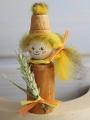 Herbstwichtel mit Blumentopfhut u. Weizen, hellbraun