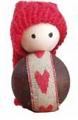 kleiner Wichtel dunkelbraun mit Herzband und roter Zipfelmütze, H 4,5 cm