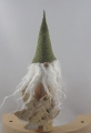 hoher Birkenwichtel mit grüner Zipfelmütze, Birkenblatt und langem Bart, H 18 cm