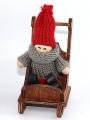 Schwedischer Weihnachtsjunge grau/rot auf Schlitten sitzend, H 10 cm, ohne Holzdübel, EINZELSTÜCK