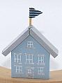 Kranzstecker Holzhaus mit Flagge, hellblau, H 8 cm