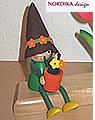 Nordika Gärtnerfrau sitzend mit Blumentopf